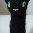 黒猫指人形
